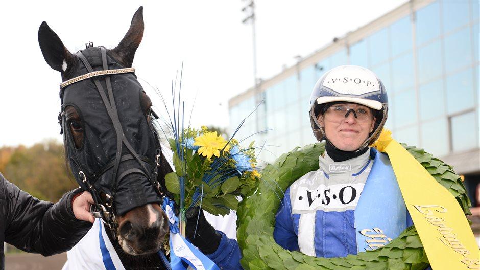 Angelica Holm tar emot pris i Lärlings-SM tillsammans med Tudor Kronos
